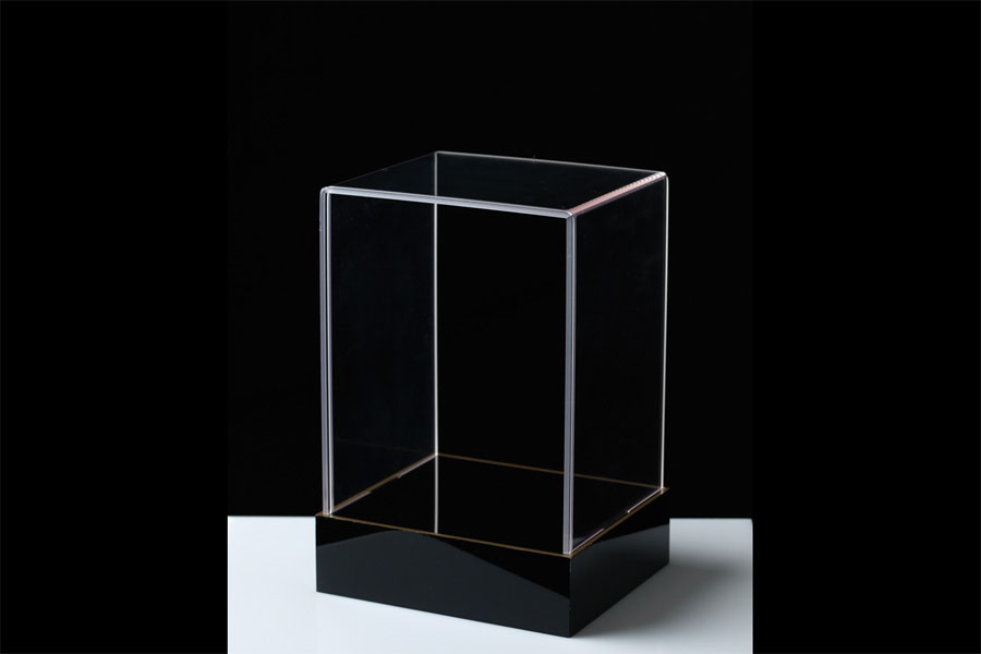 cloche et socle plexi transparent et noir lisere or