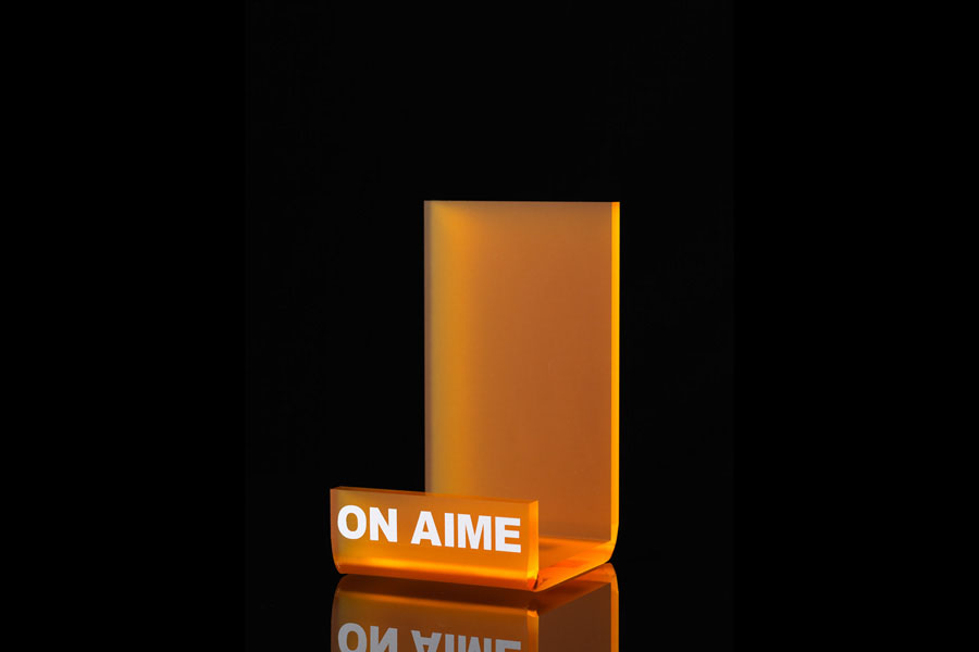 mise en avant plexi orange avec impression